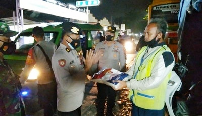 PPKM Level 4, TNI - Polri Kresek Bagikan Sembako