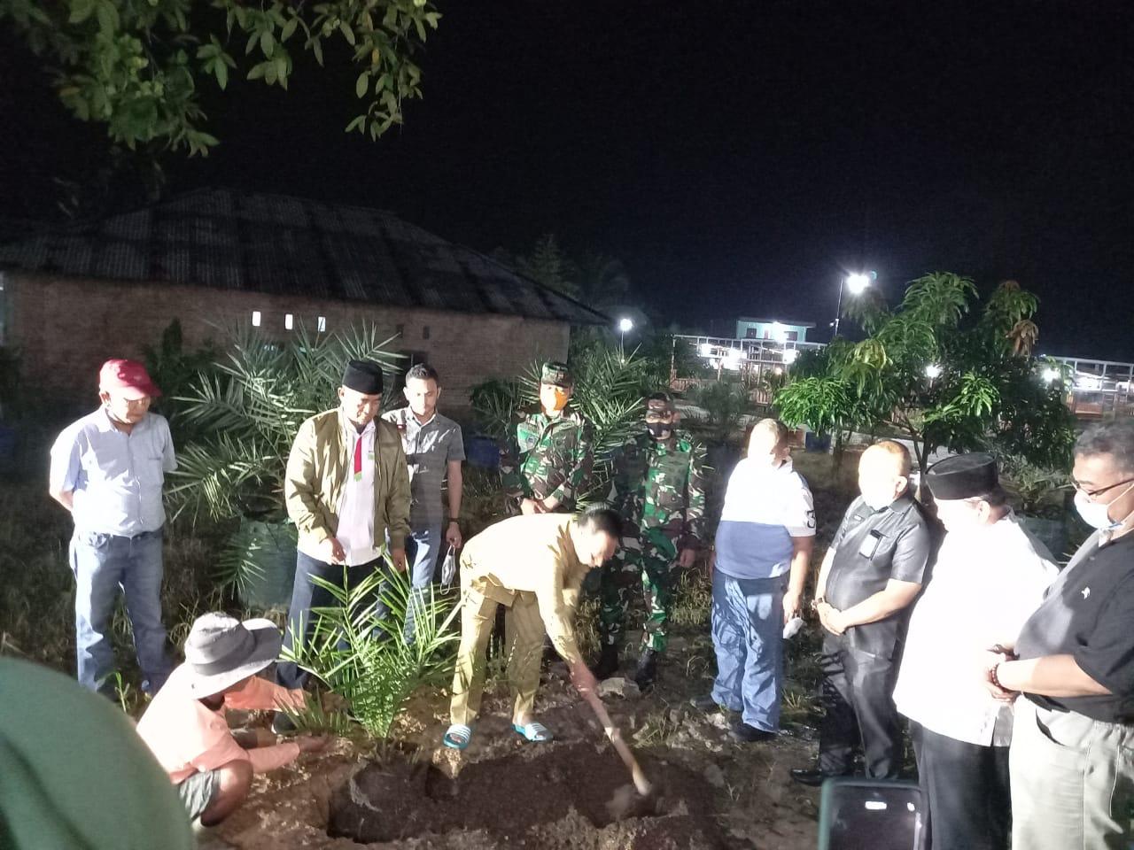 Diiringi Doa Ketua MUI Riau Ilyas Husti, 2 Jendral Tanam Bibit Kurma bersama SantaNU di RA Kopi Aren