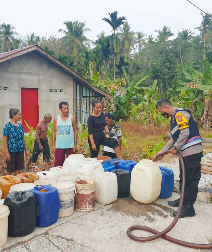 Bhabinkabtibmas Desa Pambang Salurkan Air Bersih, Warga : Terimakasih Pak Haris