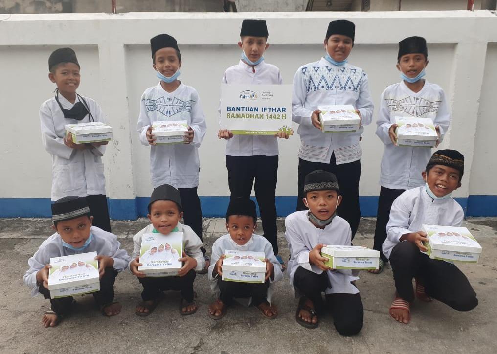 Rumah Yatim Riau Bagikan 20 Paket Hidangan Buka Puasa untuk Anak Yatim dan Dhuafa