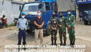 Brother Kurniawan Tan-TNI Bagikan Beras Serta Ribuan Kardus Mie Instan Kepada Masyarakat